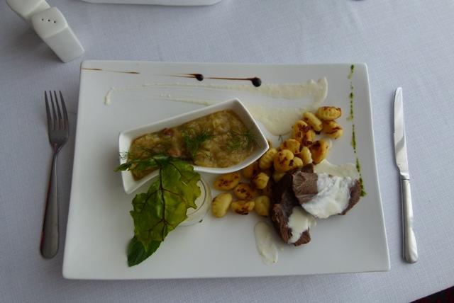 Poliki wołowe z młodą kapustą, zasmażanymi gnocchi i sosem chrzanowym