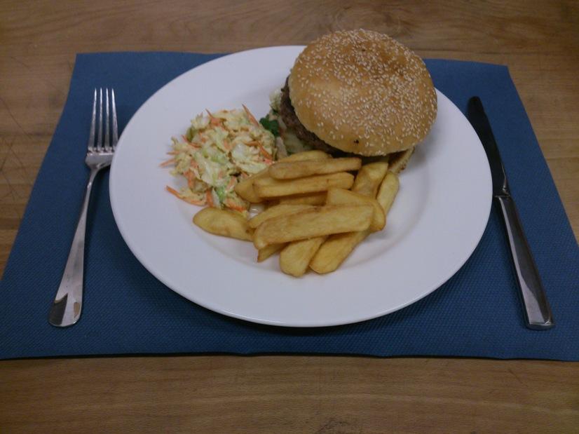 Burger z wołowiny Angus w restauracji Drukarnia