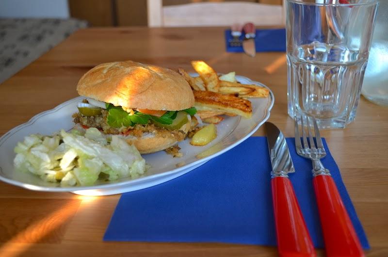 Wegański burger autorstwa Dominiki Czapskiej fot. smakoszkijaroszki.blogspot.com