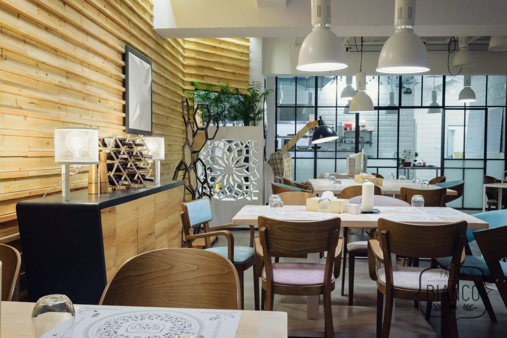 Nowa sala Time z widokiem na otwartą kuchnię w restauracji Farina Bianco