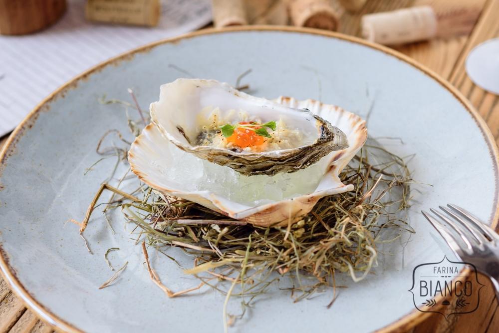 Zapiekane ostrygi z parmezanem, miętowym kruszonym lodem i kawiorem z latającej ryby