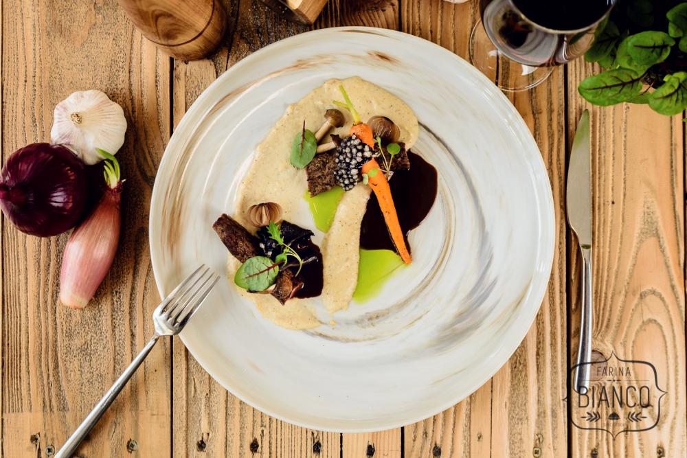 Polędwiczka jagnięca z puree z pasternaku, sos czekoladowo-kawowy, lejkowiec dęty