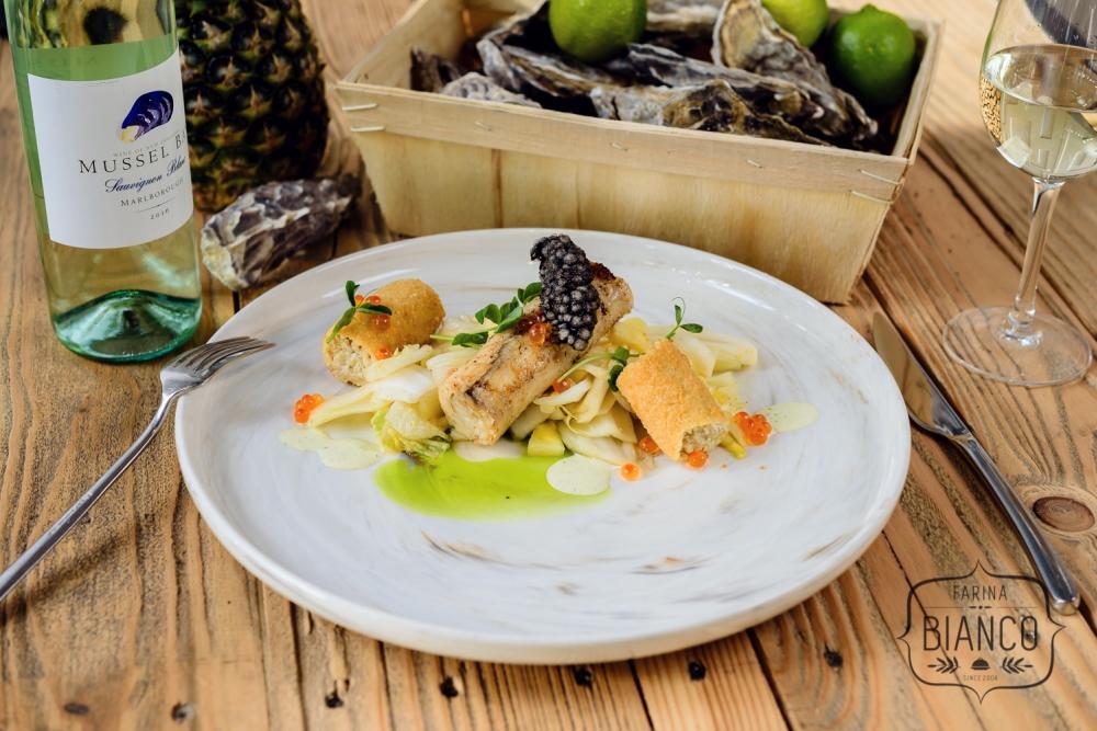 Jesiotr z patelni z krokietem z komosy ryżowej, kimchi z kopru włoskiego i koperkowym crème fraîche