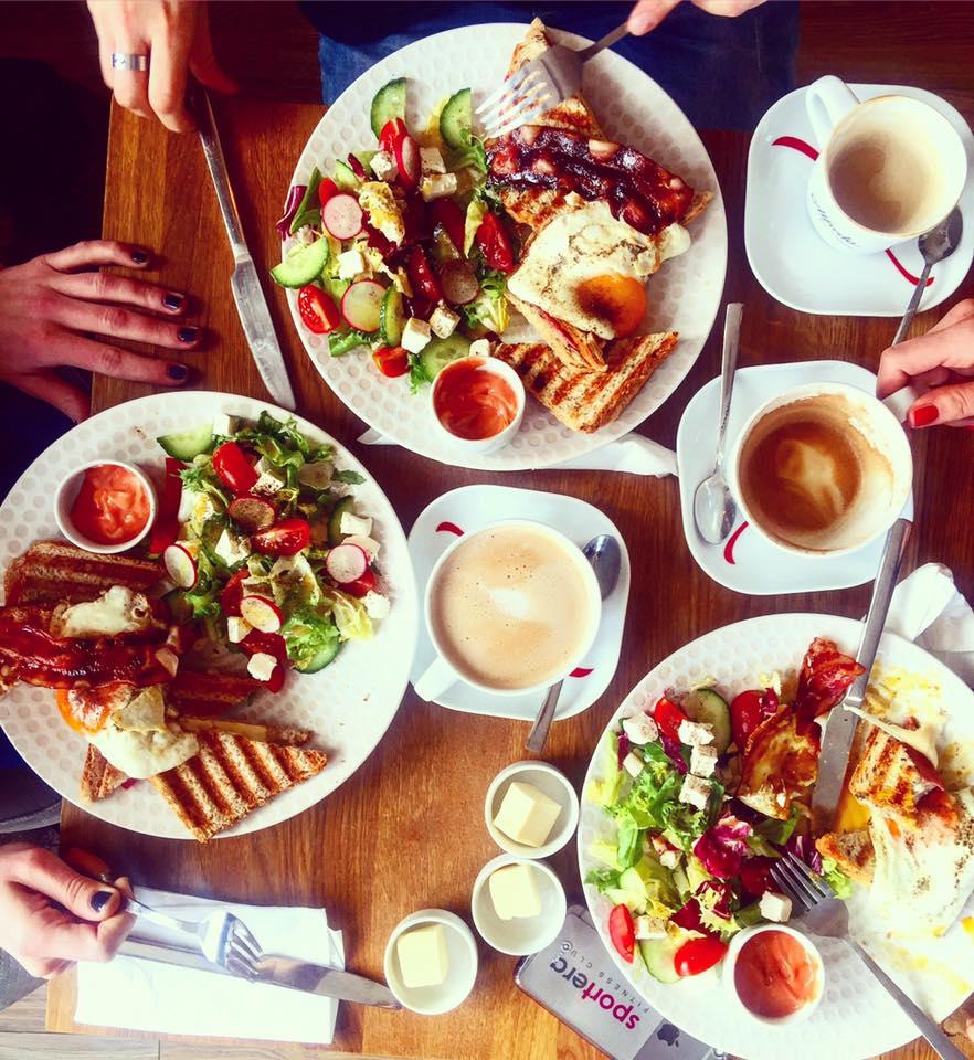 Śniadanie w klubokawiarni Prosto z Mostu