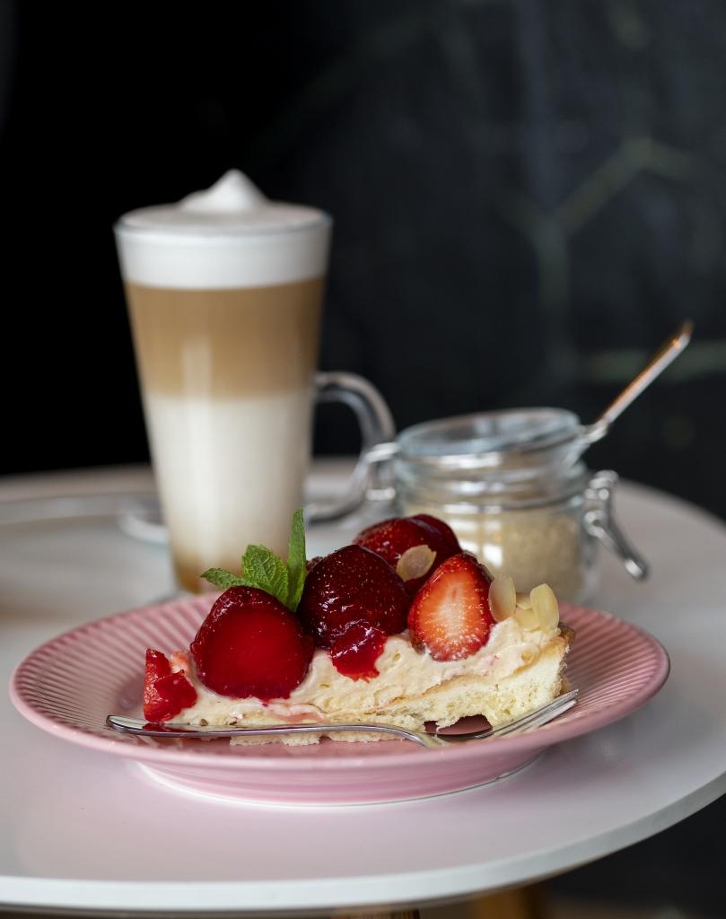 Mały TAJ - tarta z truskawkami i latte