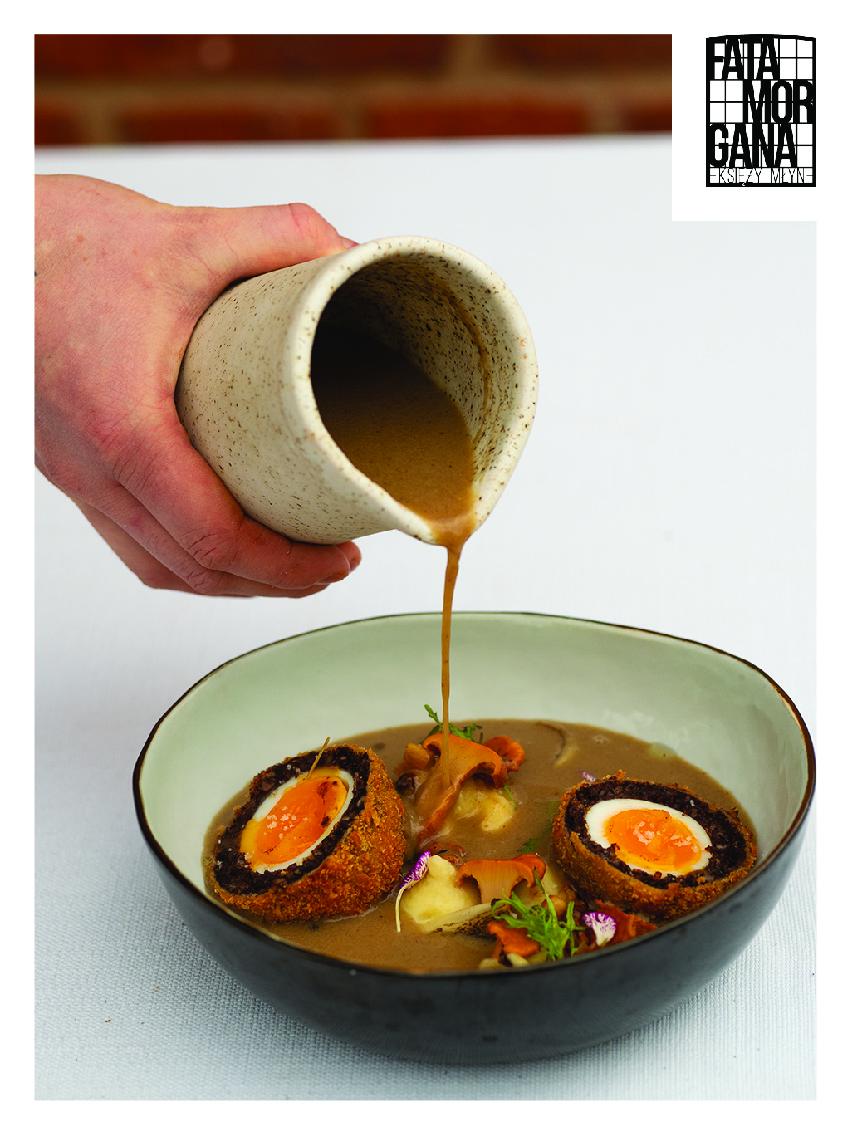 Na zdjęciu znajduje się miska z zalewajką, nad którą widać dłoń wlewającą zupę do miski. W prawym górnym rogu zdjęcia znajduje się logo restauracji Fatamorgana.
