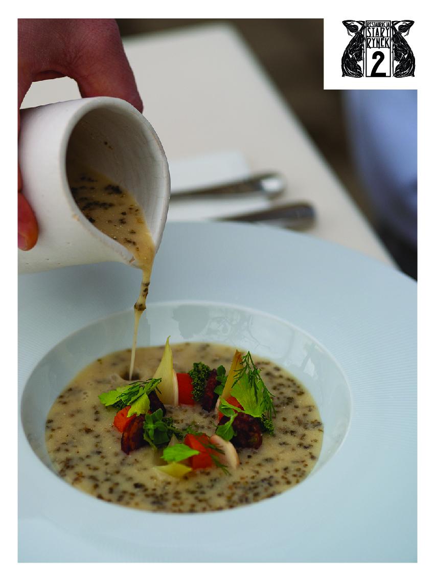 Na zdjęciu znajduje się miska z zalewajką, nad którą widać dłoń wlewającą zupę do miski. W prsawym górnym rogu zdjęcia znajduje się logo restauracji Stary Rynek 2.