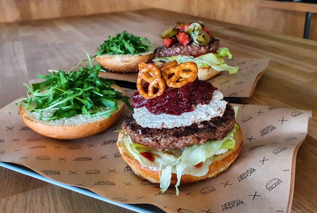 Na zdjęciu widać dwa burgery ułożone na półmiskach