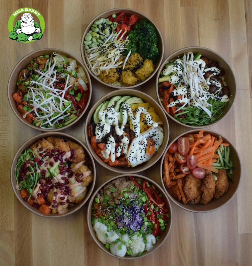 Na zdjęciu widać 7 misek (okrągłych opakowań na wynos) z jedzeniem.