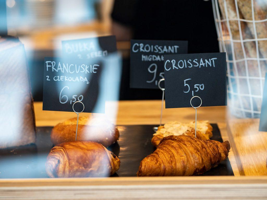 Na zdjęciu wydać francuskie ciastka z czekoladą, rogaliki i bułki sprzedawane w piekarni.