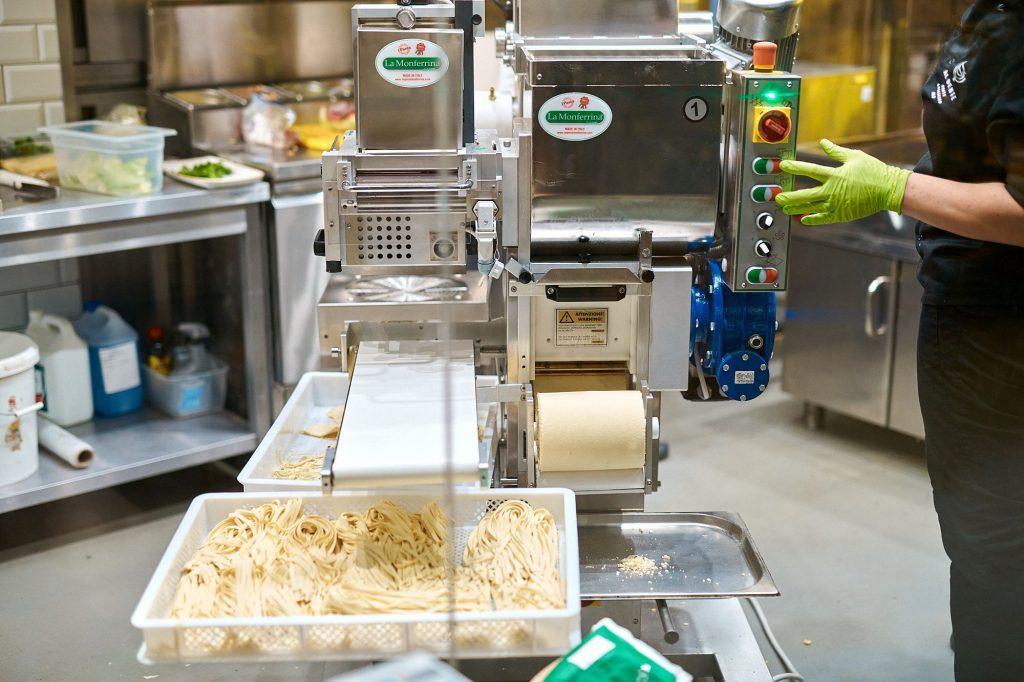 Na zdjęciu widać maszynę do produkcji makaronu w trakcie pracy