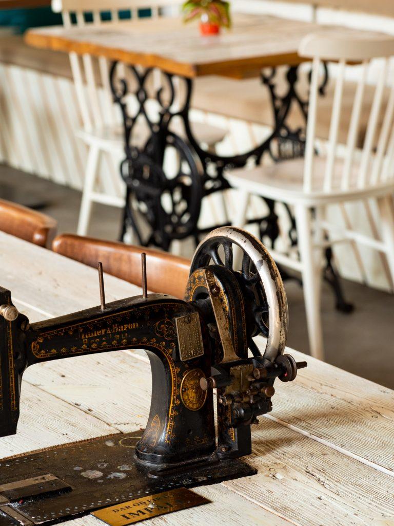 Na zdjęciu fidać fragment starej maszyny do pisania. To element wystroju restauracji Szwalnia.