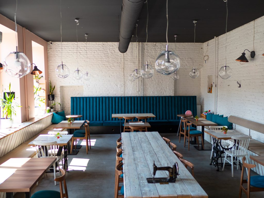Na zdjęciu widać wnętrze restauracji Szwalnia kuchnia i desery z Piotrkowskiej 217.
