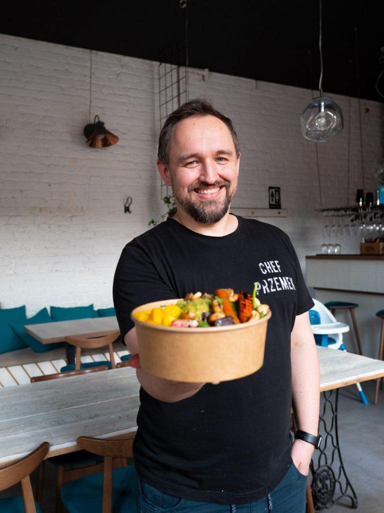 Na zdjęciu widać szefa kuchni restauracji Szwalnia, Przemysława Bednarza.