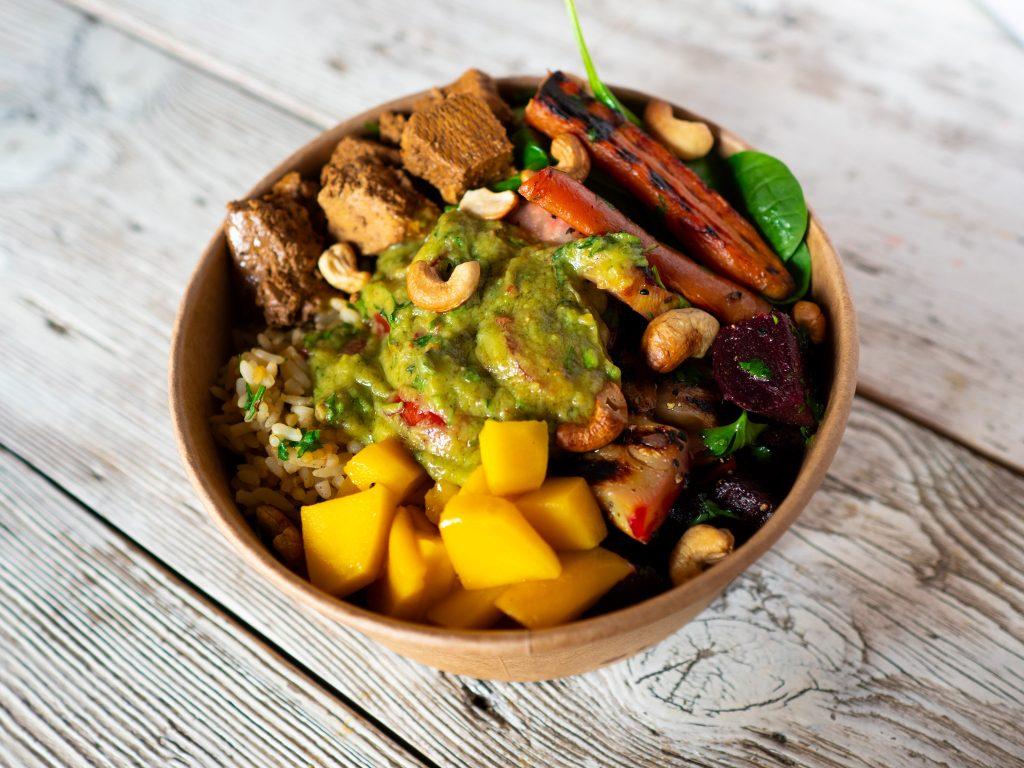 Na zdjęciu widać misę obfitości - to danie na wynos, w którego skład wchodzi ryż, pieczone warzywa, guacamole i mango.