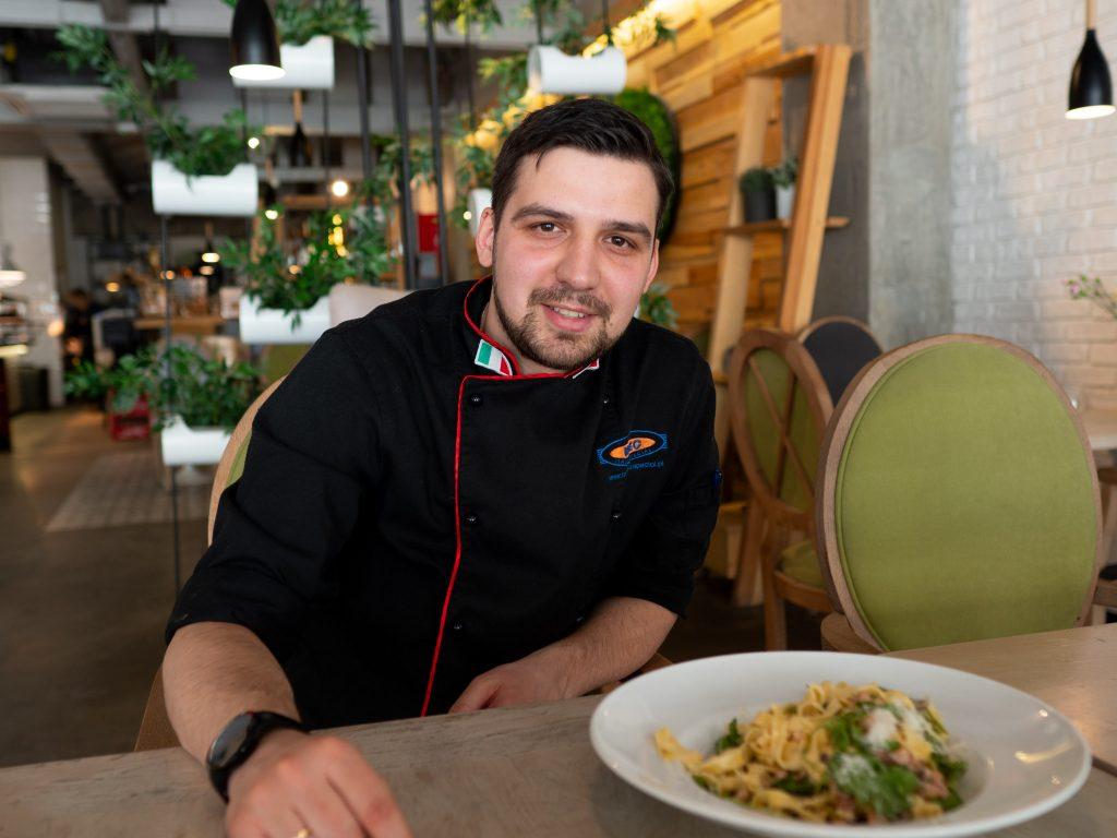 Na zdjęciu widać szefa kuchni restauracji Farina Bianko Arka Niewiadomego.