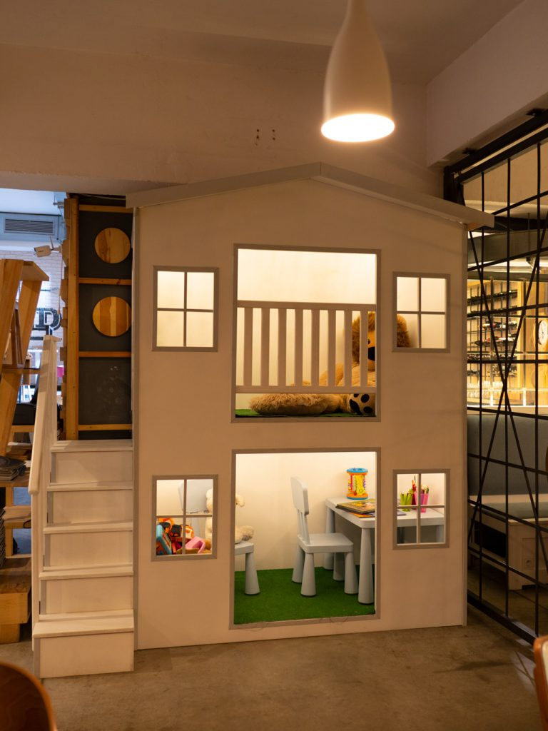Na zdjęciu widać kącik dla dzieci - dwupiętrowy domek będący atrakcją restauracji Farina Bianco.