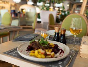 Na zdjęciu widać stół w restauracji zastawiony daniami.