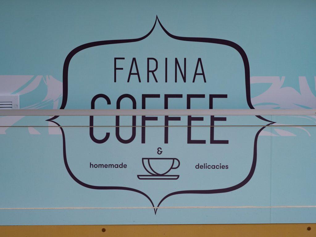 Na zdjęciu widać logo Farina Coffee naklejone na przyczepę z lodami.