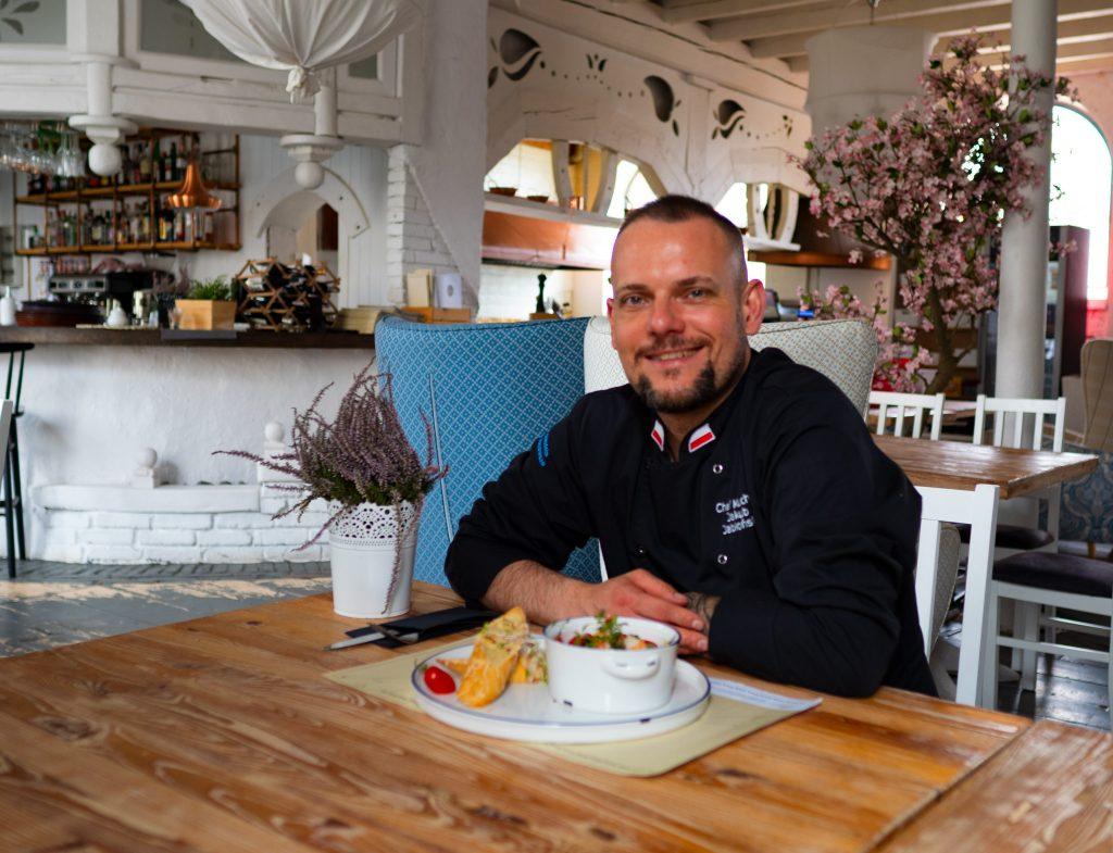 Na zdjęciu widać szefa kuchni Jakuba Jabłońskiego.
