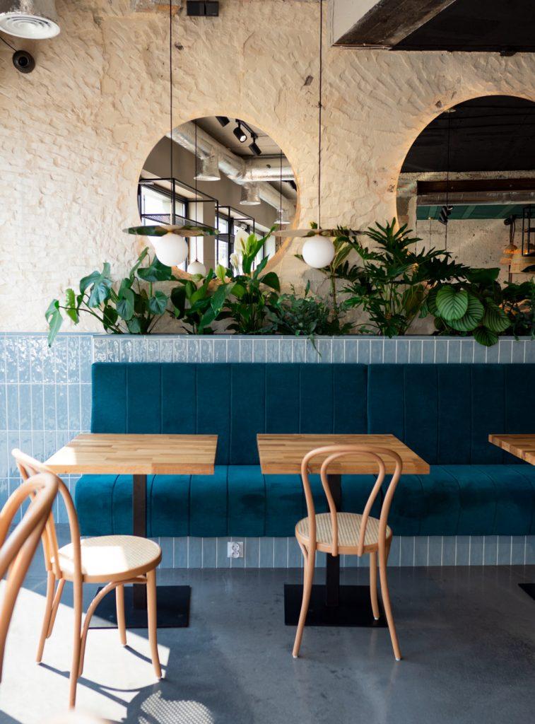 Na zdjęciu widać wnętrze lokalu - stoliki z krzesłami.