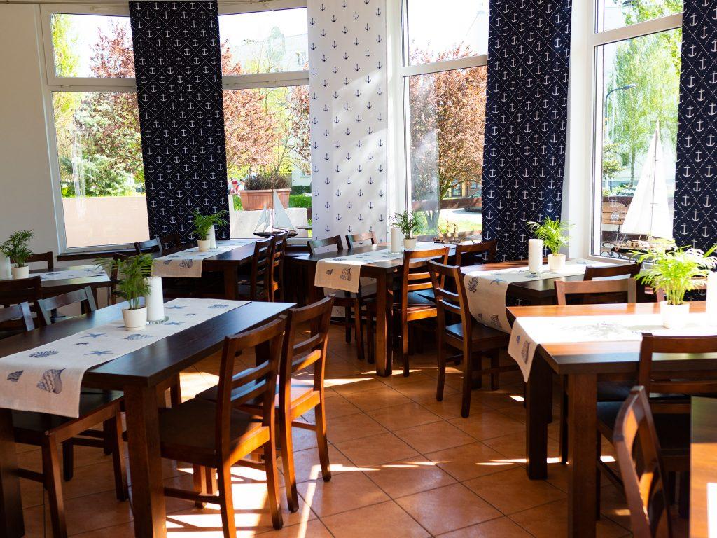 Na zdjęciu widać wnętrze restauracji - Tawerny Tłusty Śledź w Łodzi.