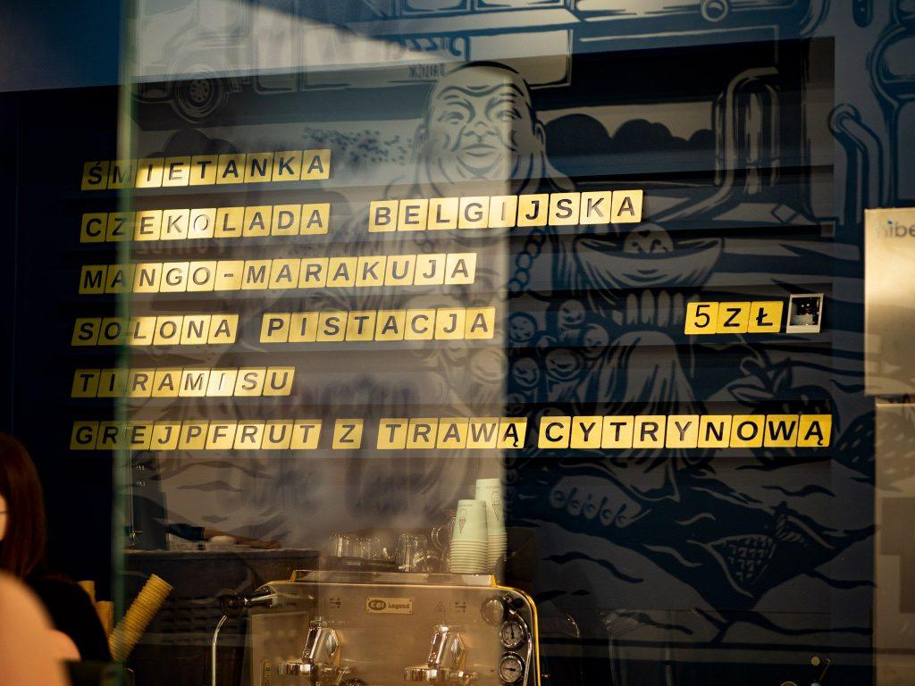 Na zdjęciu widać menu ścienne lodziarni Krasnolód