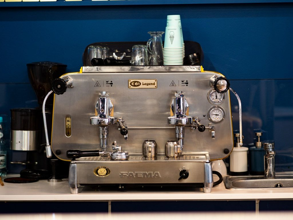 Na zdjęciu widać ekspres do kawy