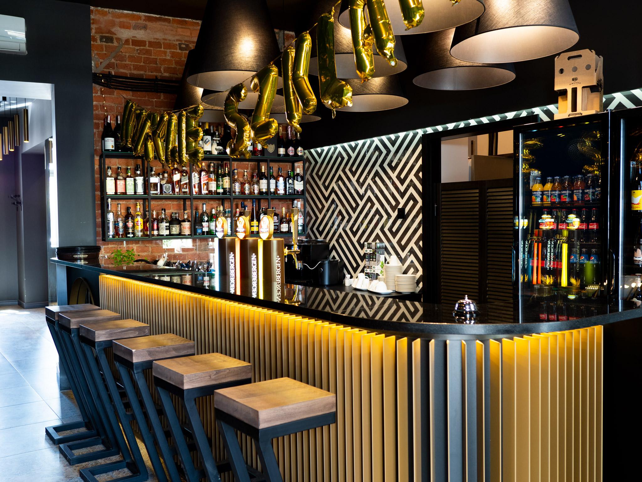 Zdjęcie przedstawia bar w restauracji Kzrywe Szklanki w Łodzi.