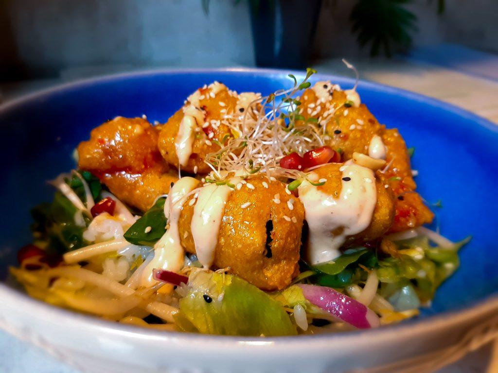 Na zdjęciu widać talerz z daniem - warzywnym pakorami.