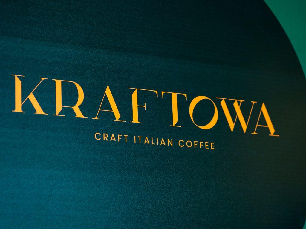 Na zdjęciu widać logo kawiarni Kraftowa namalowane na ścianie.