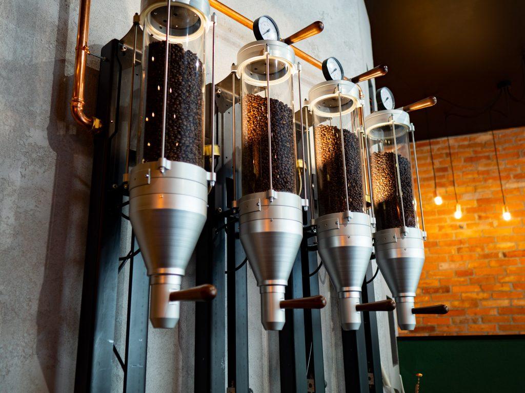 Na zdjęciu widać kolby wypełnione ziarnami kawy.