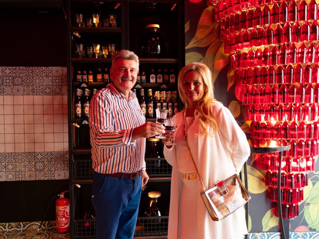 Na zdjęciu widać kobietę i mężczyznę stojących z kieliszkami wiśniówki w lokalu Pijana Wiśnia.
