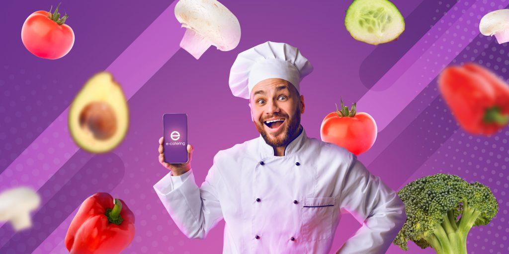 Na zdjęciu widać kucharza, który w ręku trzyma telefon z aplikacją e-catering.
