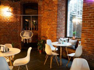 Na zdjęciu widać ceglane wnętrze restauracji Mac&Chill.
