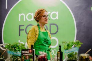 Na zdjęciu widać Katarzynę Gubałę prowadzącą warsztaty kulinarne.
